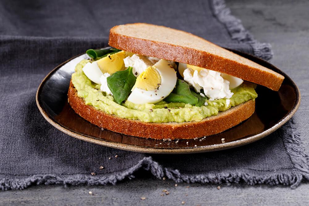 סנדוויץ' ממרח אבוקדו ביצה קשה גבינת עיזים ותרד