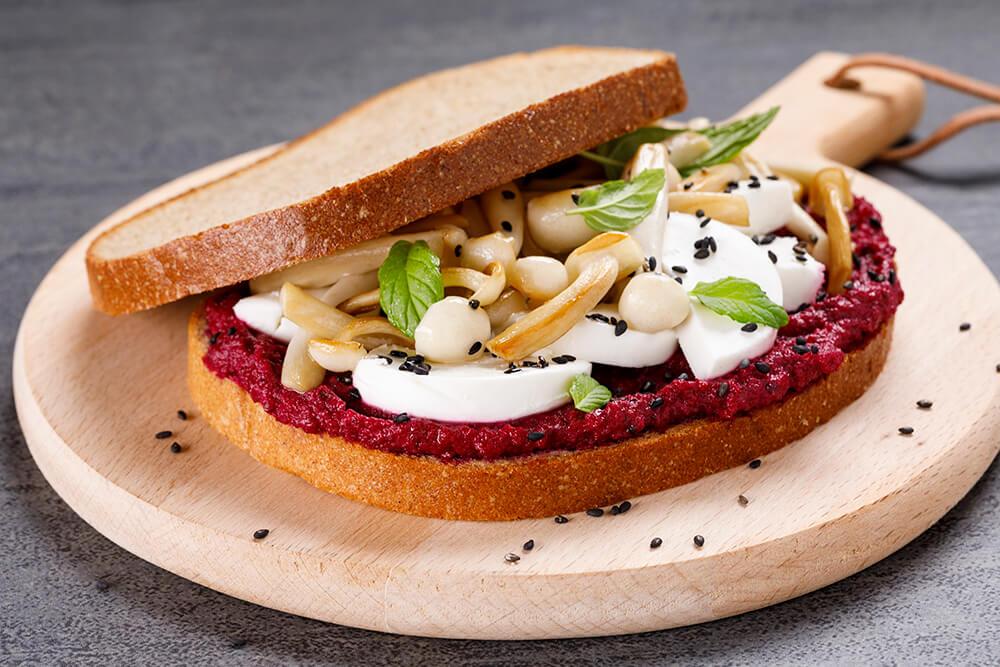 סנדוויץ' ממרח סלק עם פטריות שימאג'י גבינת עיזים ושומשום שחור