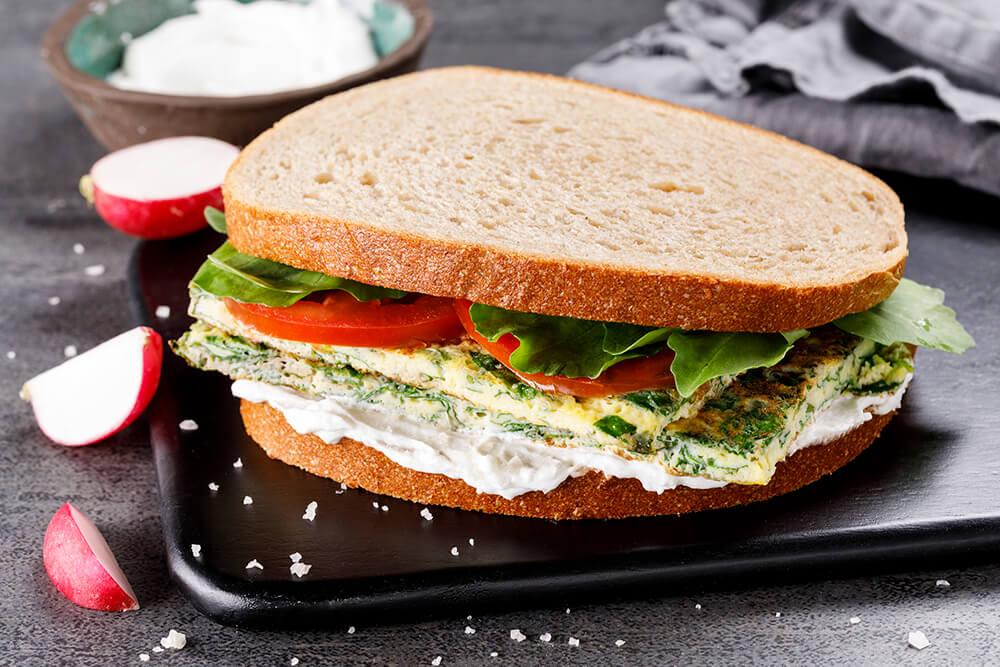 סנדוויץ' חביתת ירק עם לאבנה וירקות