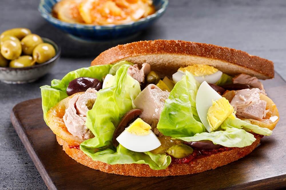 סנדוויץ' טונה עם אריסה ממרח לימון כבוש ביצה וירקות